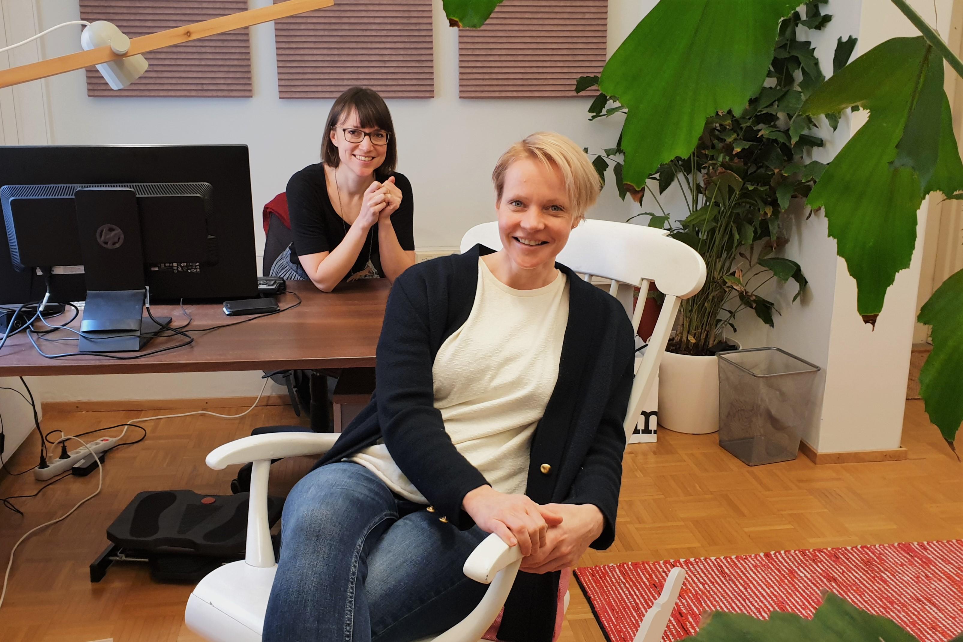 Kaisa Välimäki ja Outi Silfverberg toimistossa Nessling Nestissä.